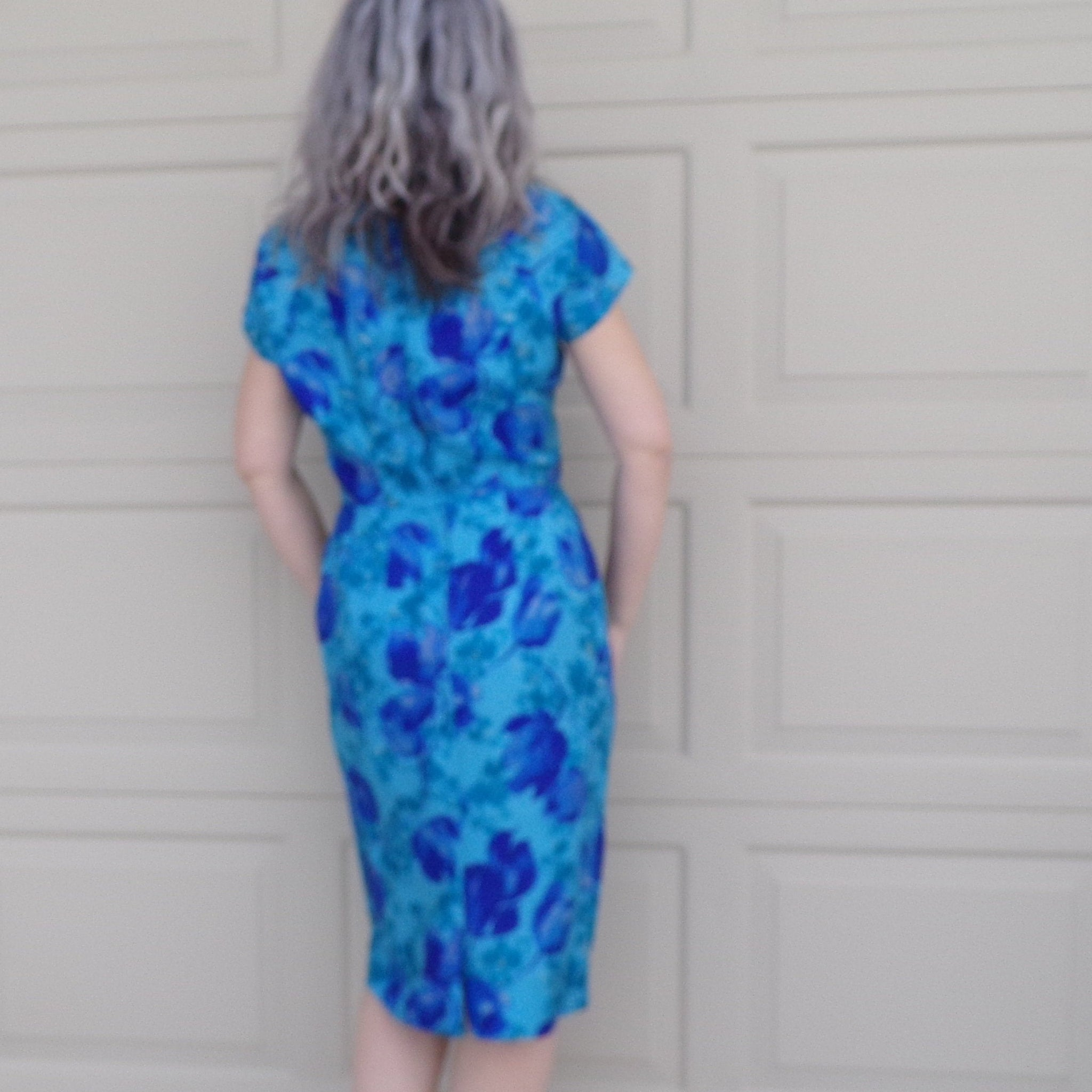 gorgeous BLUE SILK wiggle DRESS floral 1950's 1960's M busty 28.5 waist (F7)