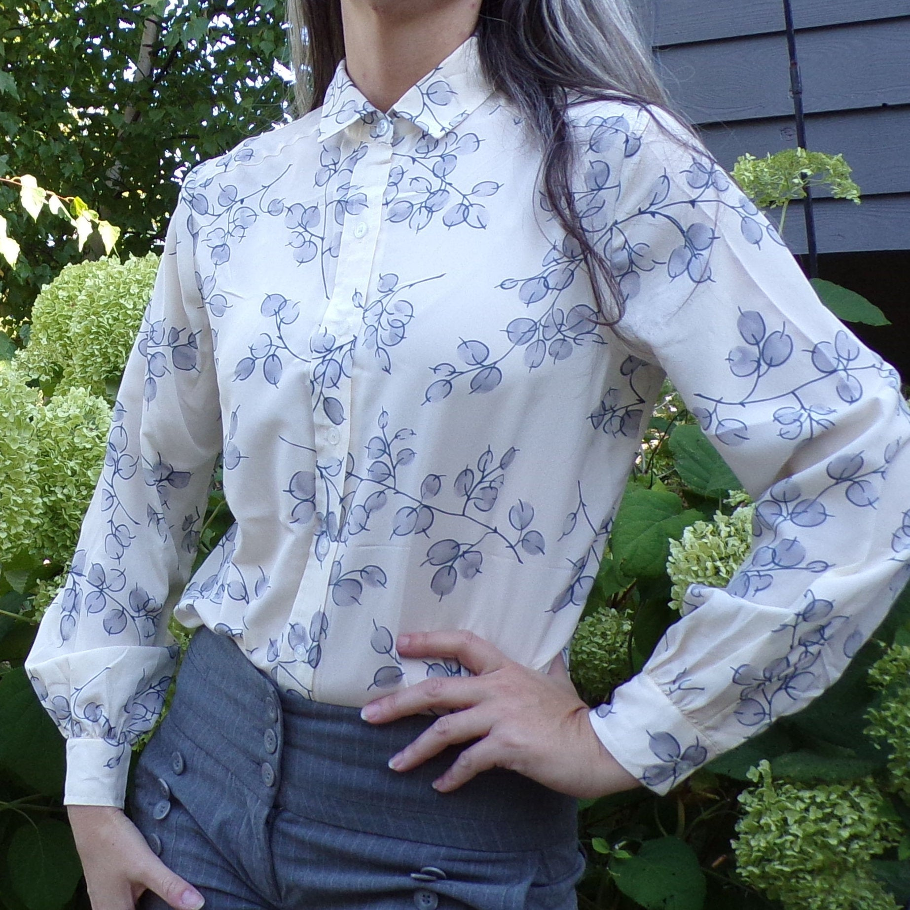 1970s does 1940s BUTTON FRONT BLOUSE branches and berries S M (D3)
