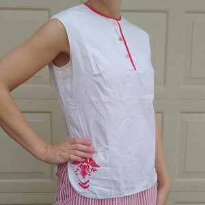1960's SLEEVELESS SUMMER BLOUSE white with red military accent 60's xs S (F5)