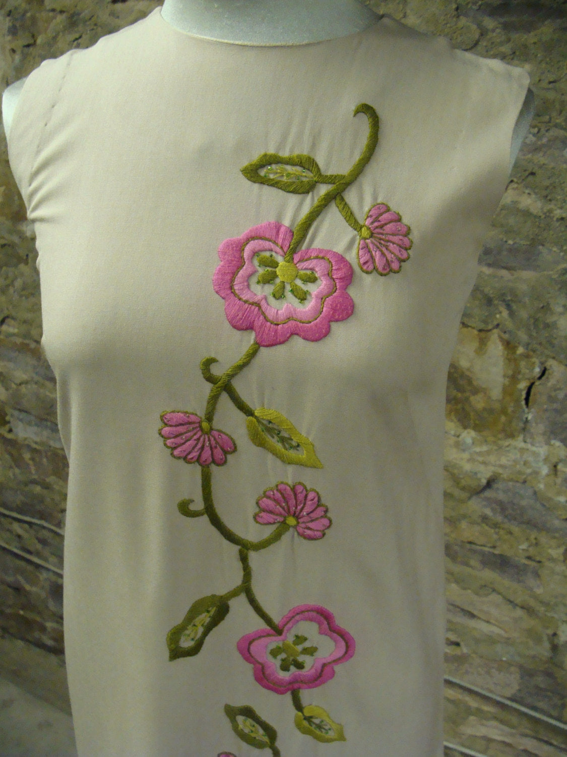 BEIGE SHIFT DRESS with embroidered flower design vintage 1960's 60's xs (A2)