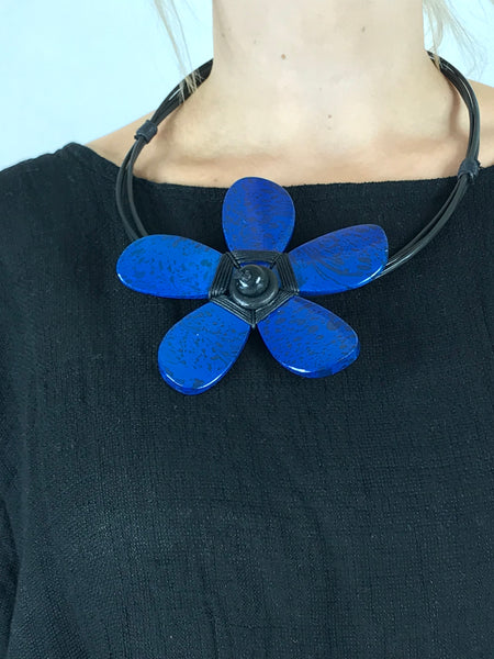 Lagenlook Wooden Flower Choker Necklace in Royal Blue. code YU1701bl