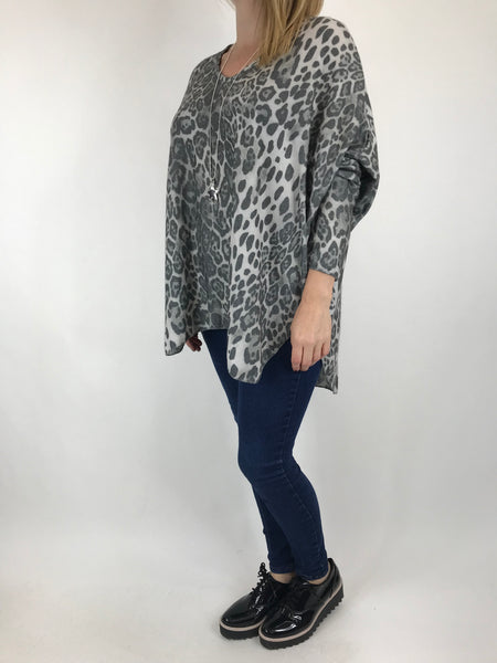 Lagenlook Animal V-Neck Top in Grey. code 5947