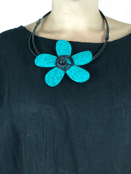 Lagenlook Wooden Flower Choker Necklace in Turquoise. code YU1701bl
