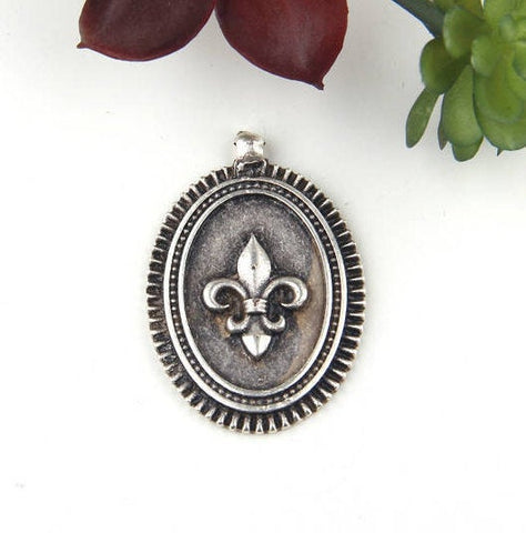 SALE, Silver Plated Oval Fleur de lis Medallion Pendant, Pendant, 1 piece // SP-339
