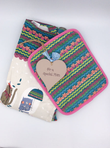 Beautiful heart, apron and oven mitt set (cats)