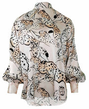Laden Sie das Bild in den Galerie-Viewer, Blusenshirt Oversized - Seide im Animalprint