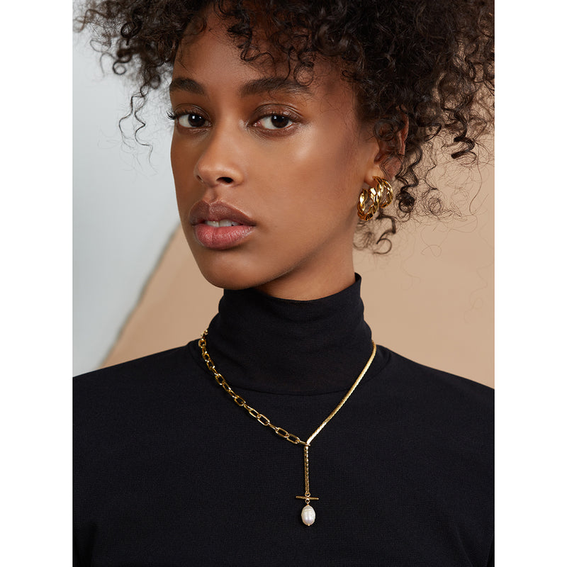 Lady Grey Pearl Toggle Necklace in Gold