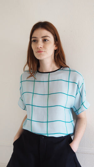 SILKY TEE / green grid on aqua