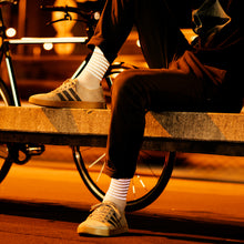 Laden Sie das Bild in den Galerie-Viewer, Reflective Socks, white, night city