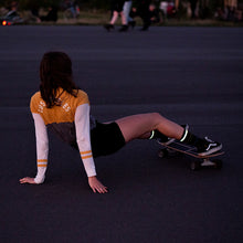 Laden Sie das Bild in den Galerie-Viewer, Skategirl, dark, reflective socks, Tempelhof
