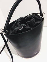 Laden Sie das Bild in den Galerie-Viewer, Drawstring Basket Bag SM black