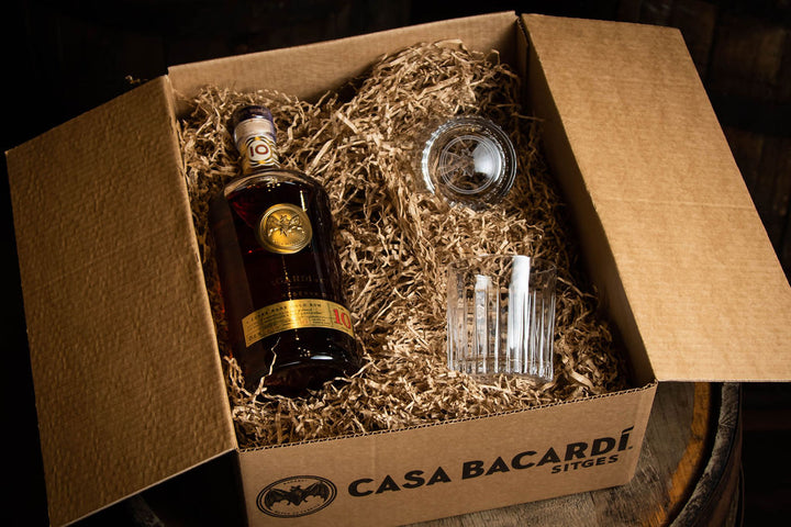 Casa Bacardi Sitges caja regalo ron Bacardi gran reserva 10 años con set de vasos. Casa Bacardi Sitges gift box with Ron Bacardi 10 years old Premium with glasses bat logo