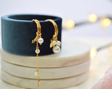 Load image into Gallery viewer, Mismatched Pearl Sculpted Hoop Earrings