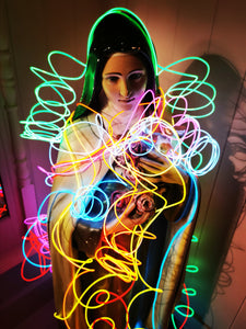 5 metres of neon noodle light string to wrap around statues, shelves, plants, or even wrap around your hairdo fo a party!! These are battery powered so can be used anywhere on the go!!.  5 metres long  Powered by 2 AA size batteries(included)
