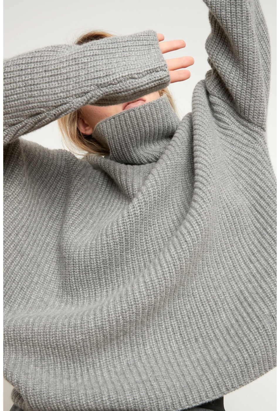 ROSCANA CASHMERE SWEATER IN BLACK BY LOULOU STUDIO