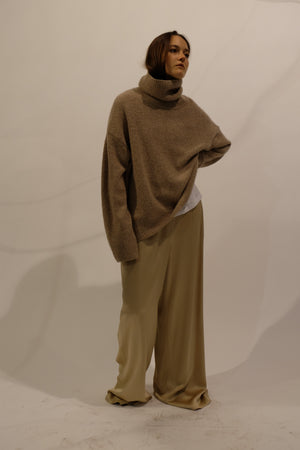 CASHMERE OVERSIZED TURTLENECK KNITTED SWEATER IN DESERT BEIGE