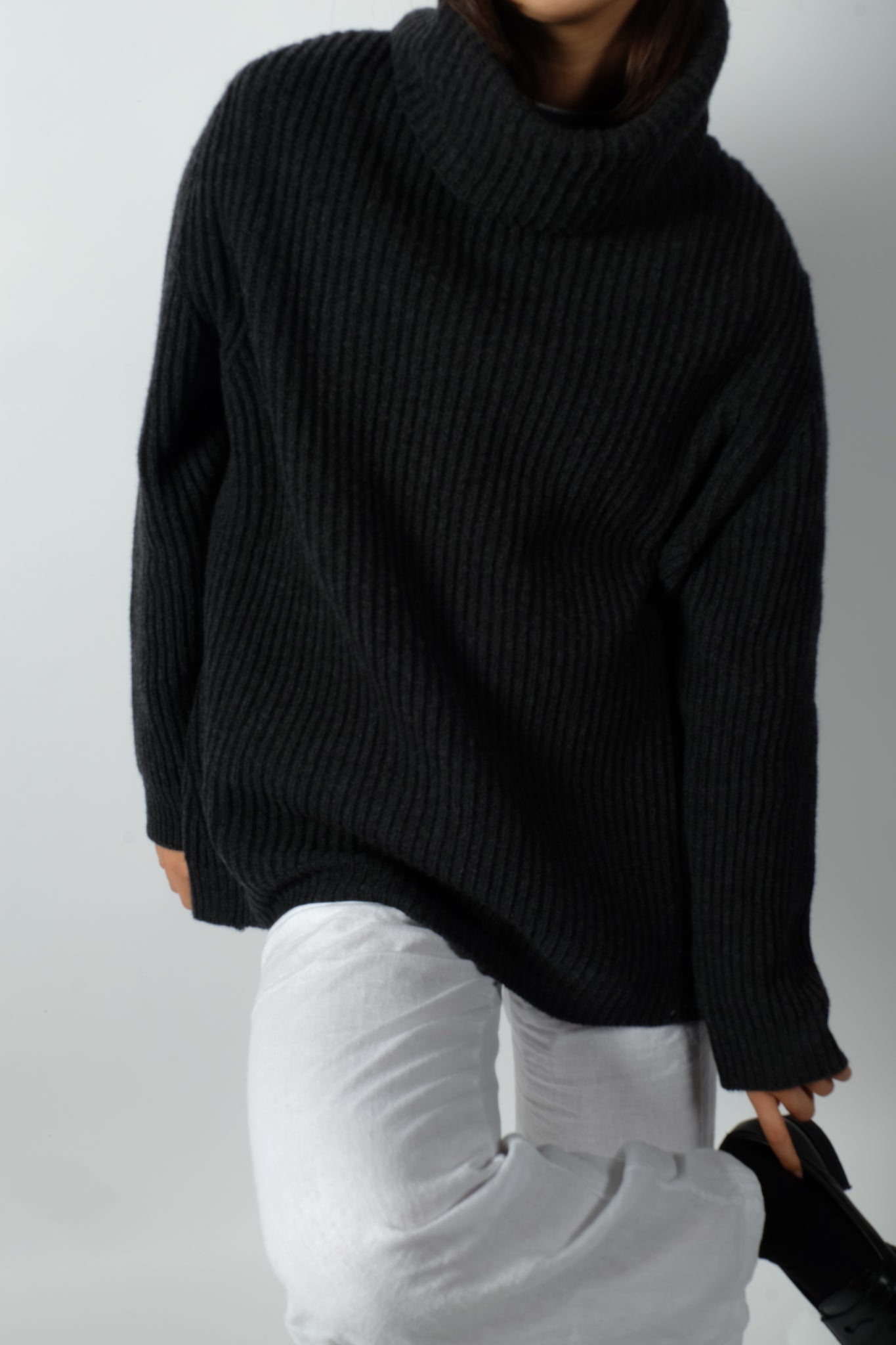 OVERSIZED RIBBED TURTLENECK KNITTED SWEATER IN CHARCOAL
