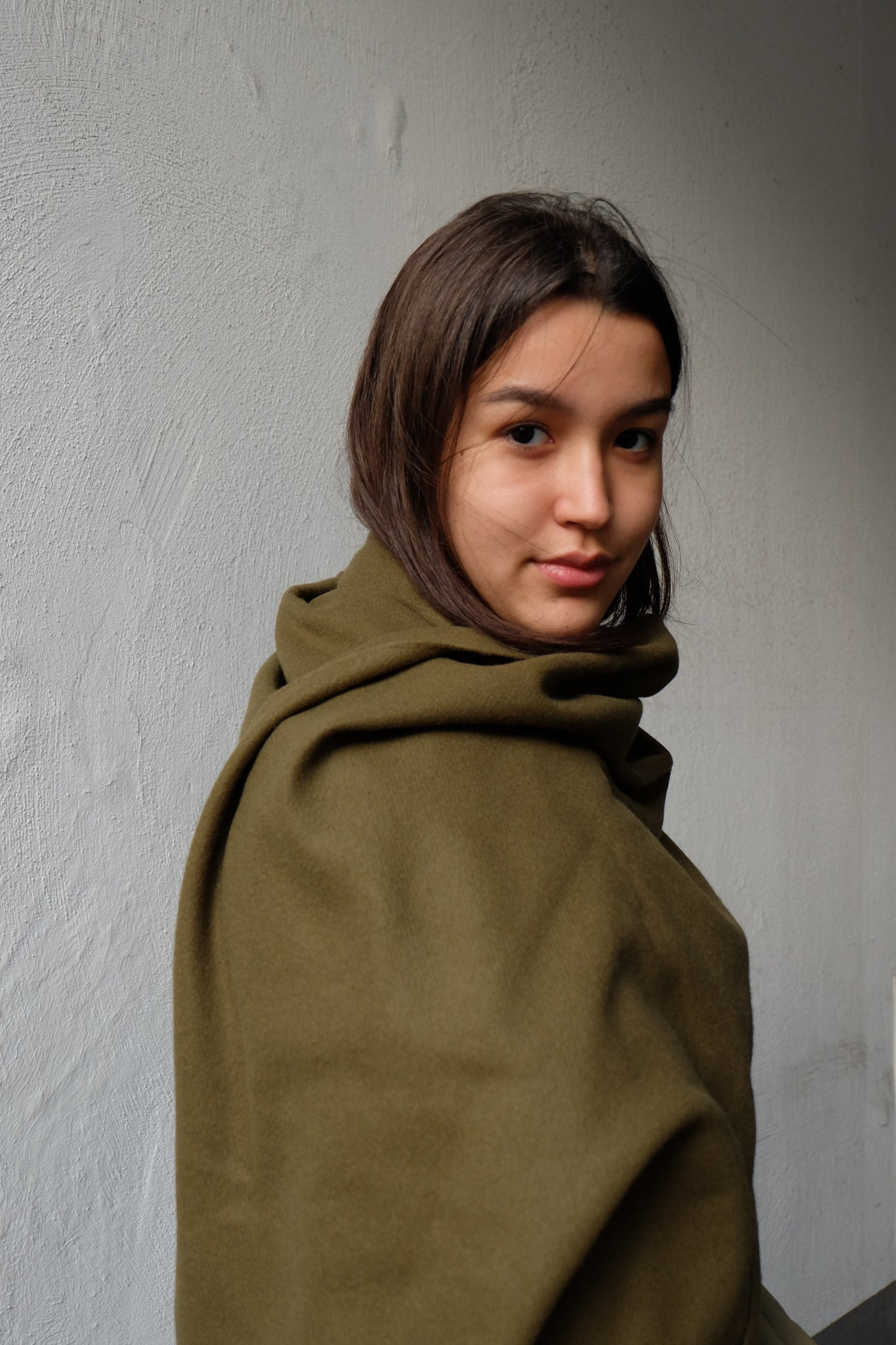 CASHMERE WOOL MAXI SCARF IN DARK OLIVE