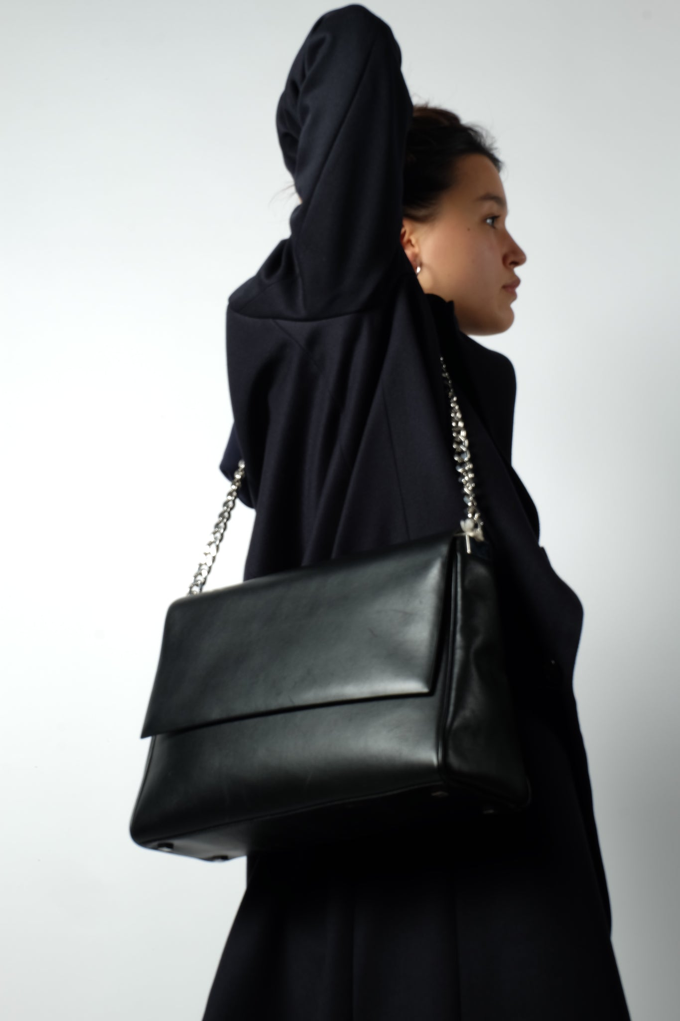 CHAIN BAG IN BLACK PATENT LEATHER