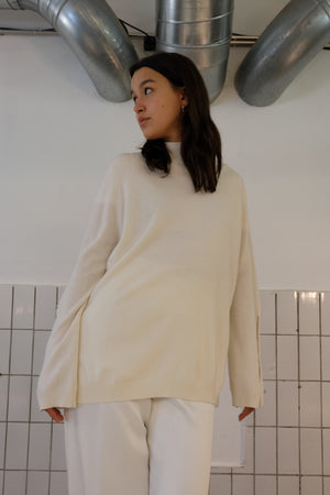 CAHSMERE TURTLENECK WITH SPLIT IN CREME