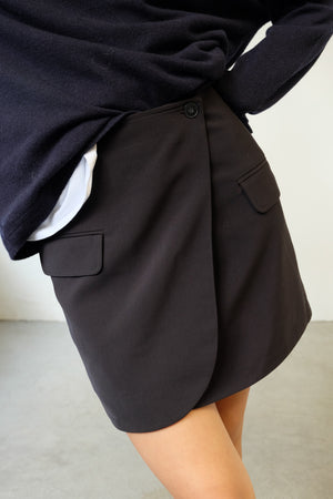 WRAP SKIRT IN BLACK