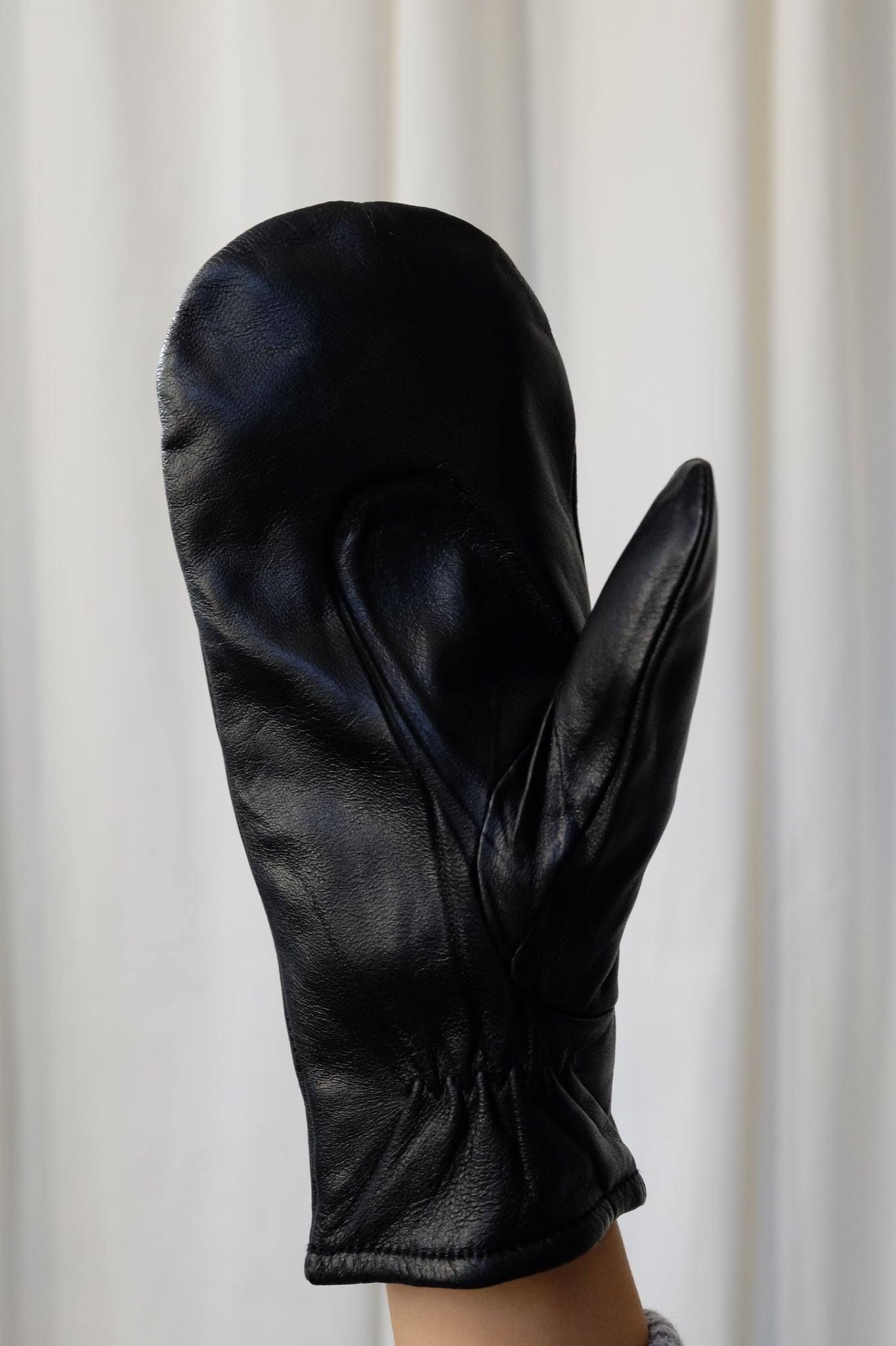 LEATHER GLOVES IN BLACK