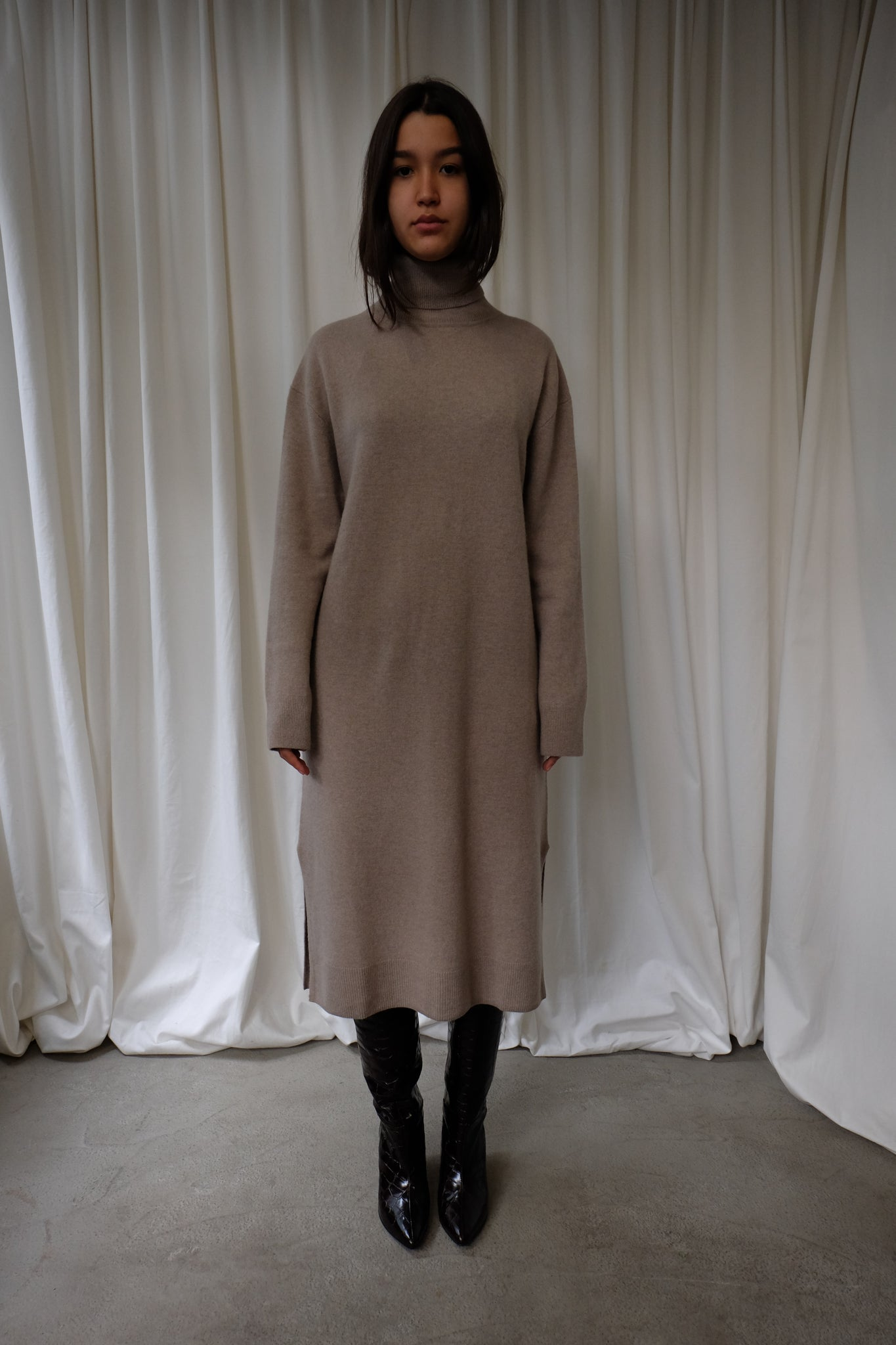 KNITTED DRESS IN WARM GREY