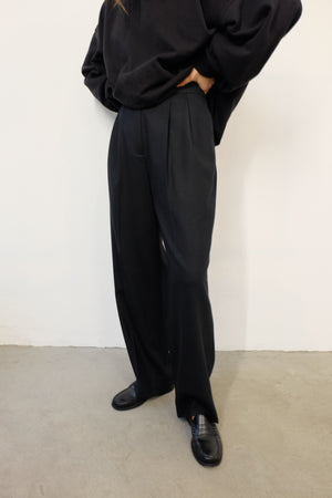 PLEATED FRONT WIDE LEG WOOL TROUSER IN BLACK