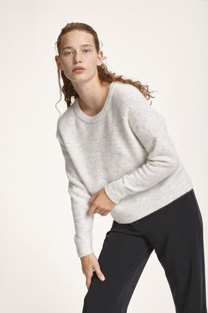 CROPPED ALPACA KNIT SWEATER IN WHITE GREY MELANGE
