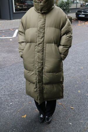 WIDE DOWN JACKET IN OLIVE BY SHU