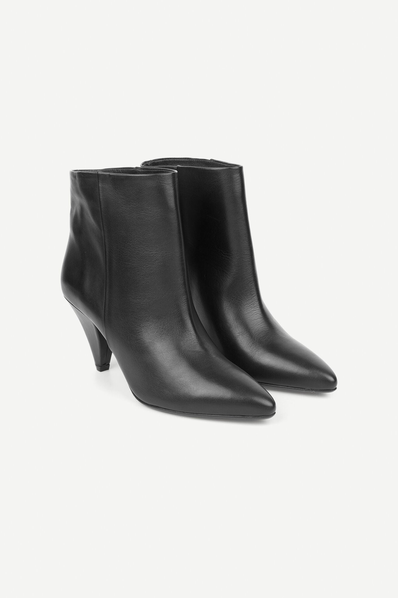 SHORT POINTY LEATHER BOOT IN BLACK