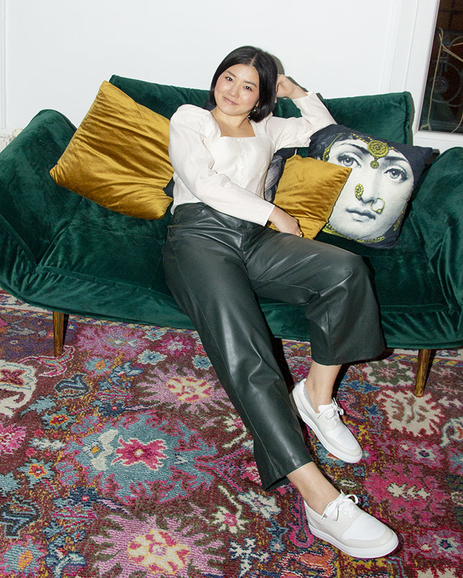 akiko-ueda-sat-down-on-a-green-sofa-and-wearing-pyla-vanilla-shoes-for-women-timothee-paris-big-size-picture