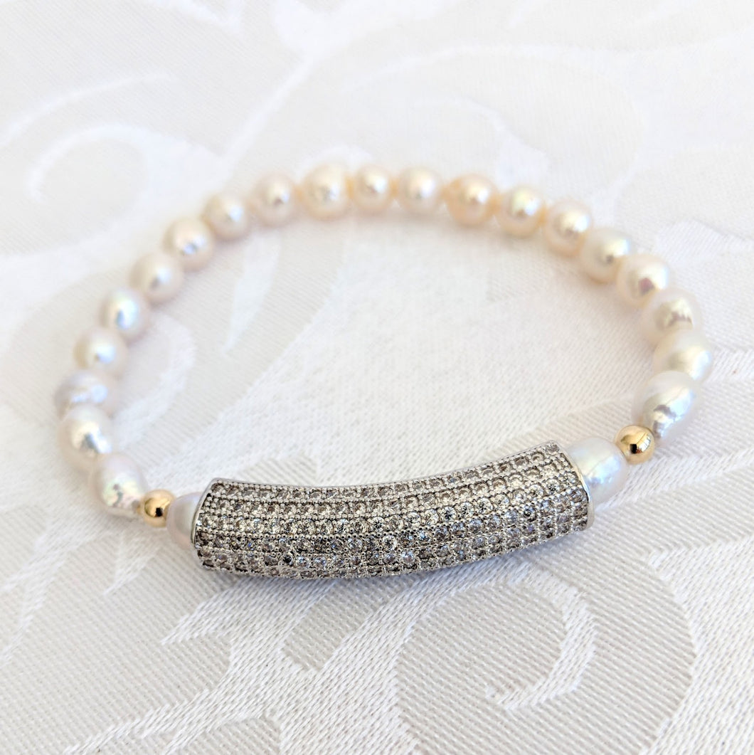 Baby Baroque pearl bracelet with cubic zirconiam bar