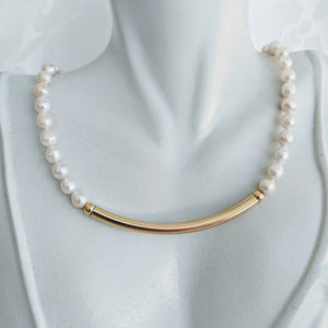 Pearl necklace with gold tube bar