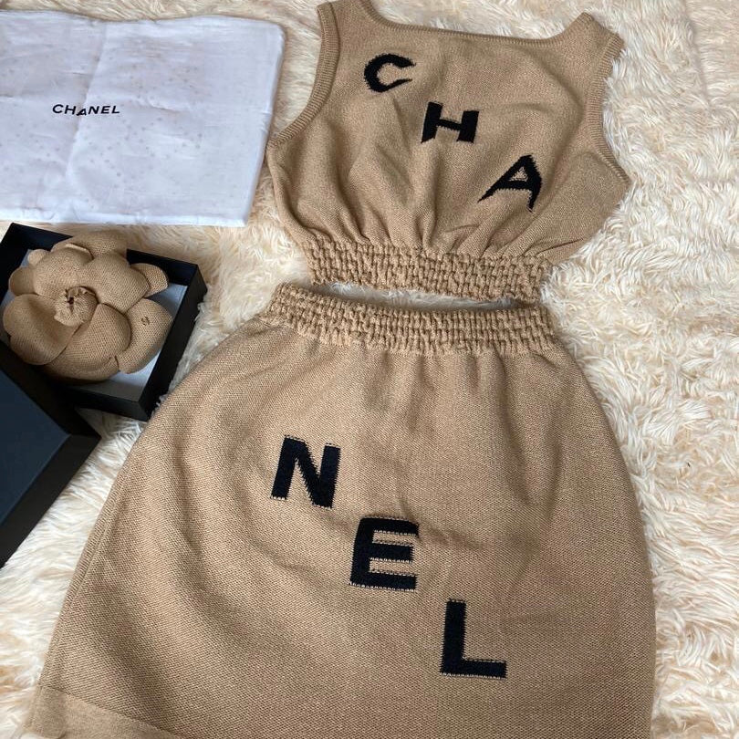 2Two piece ensemble with Camelia Brooch in Beige - Bag Religion