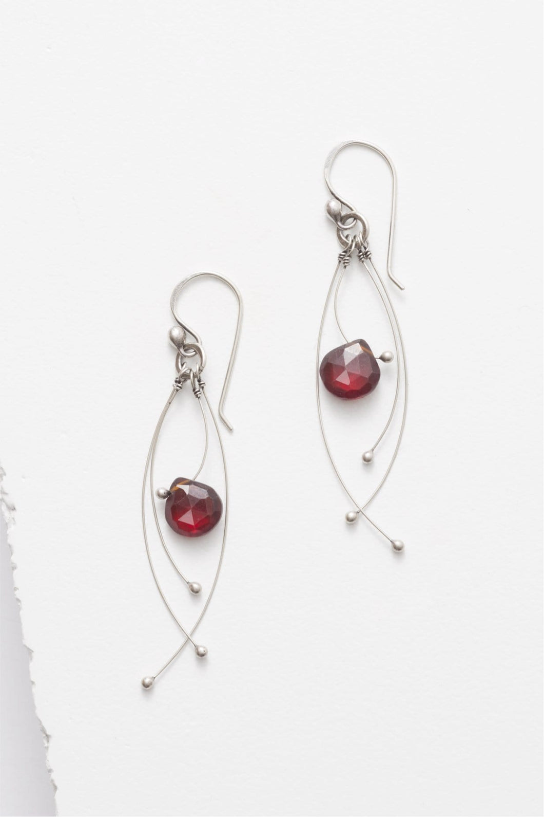 Tickle earrings, in red garnet or freshwater pearl