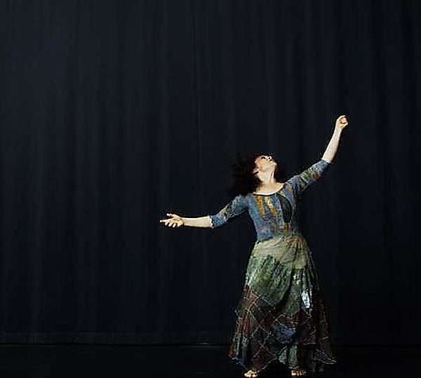 Choreography: Salome Diaz, untitled, Shadboldt Centre for the Arts, Burnaby, BC, Canada. 2010  photography: Yvonne Chou