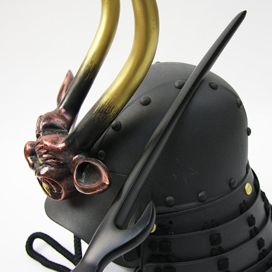 The kabutowari seen against a yoroi kabuto from the side.