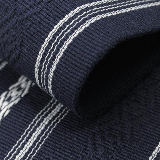 The hem line on the navy kaku obi.