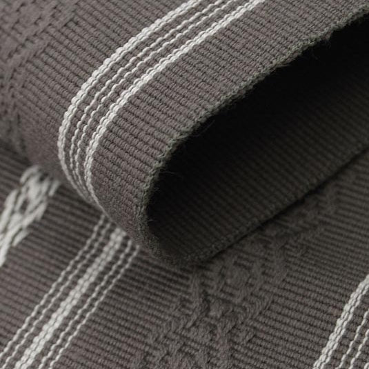 Close-up of the grey obi's hem.