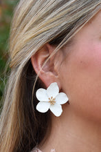 WHITE FLOWER STUD EARRINGS