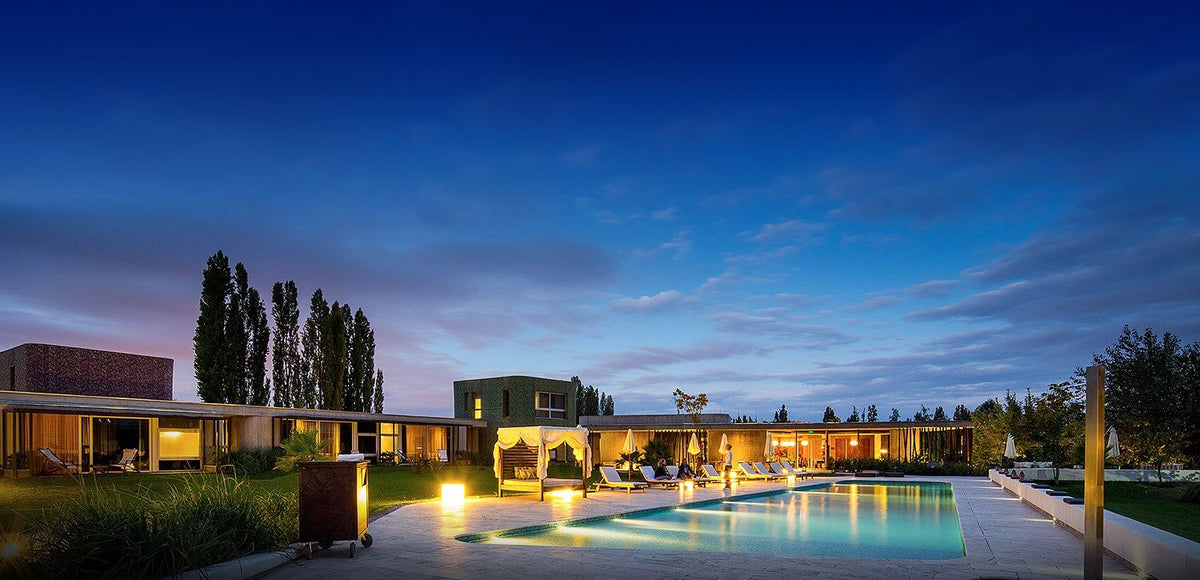 Entre Cielos, Mendoza - nighttime view of hotel pool with canopy lounge beds