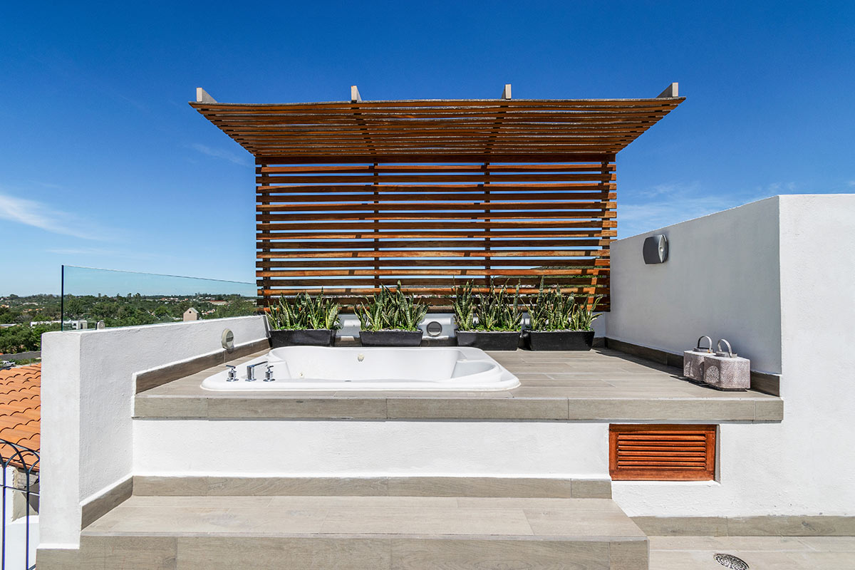 Casa Delphine, San Miguel de Allende - rooftop jacuzzi with a wooden shade awning