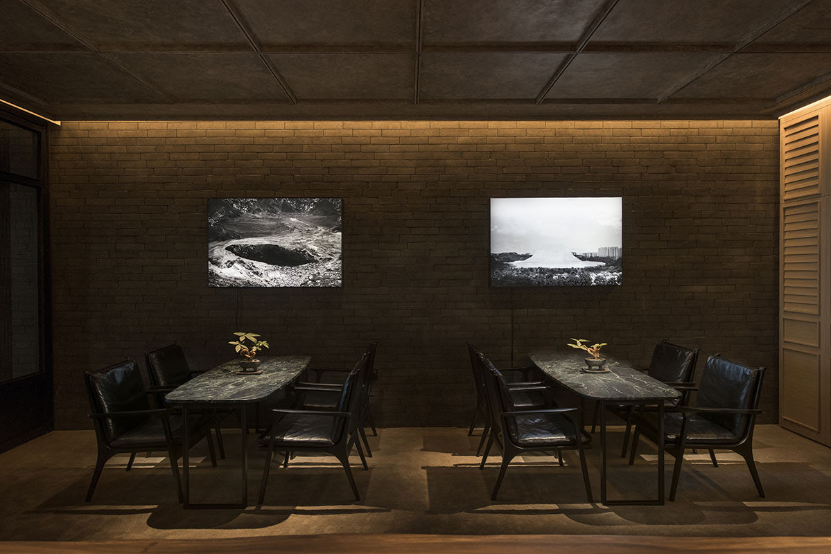 The Warehouse Hotel, Singapore - Po restaurant tables with black and white pictures hanging on the wall