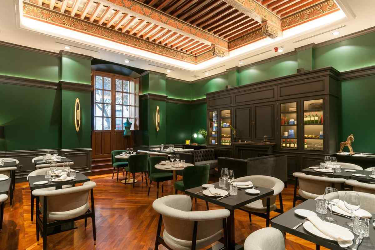 Hotel Eugenia de Montijo, Toledo - Restaurant Federico with set tables, an ornate painted wooden beam ceiling, and dark green walls