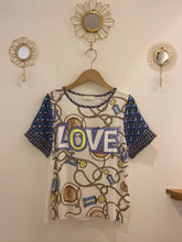Laden Sie das Bild in den Galerie-Viewer, Gemustertes T-Shirt LOVE