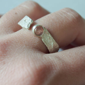 Sea ring with lateral stone. Branch ring in sterling silver.