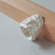 Load image into Gallery viewer, Leaf ring in white silver.  Wide ring with the shape of a leaf.