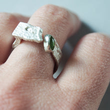 Load image into Gallery viewer, Sea ring with lateral stone. Branch ring in sterling silver.