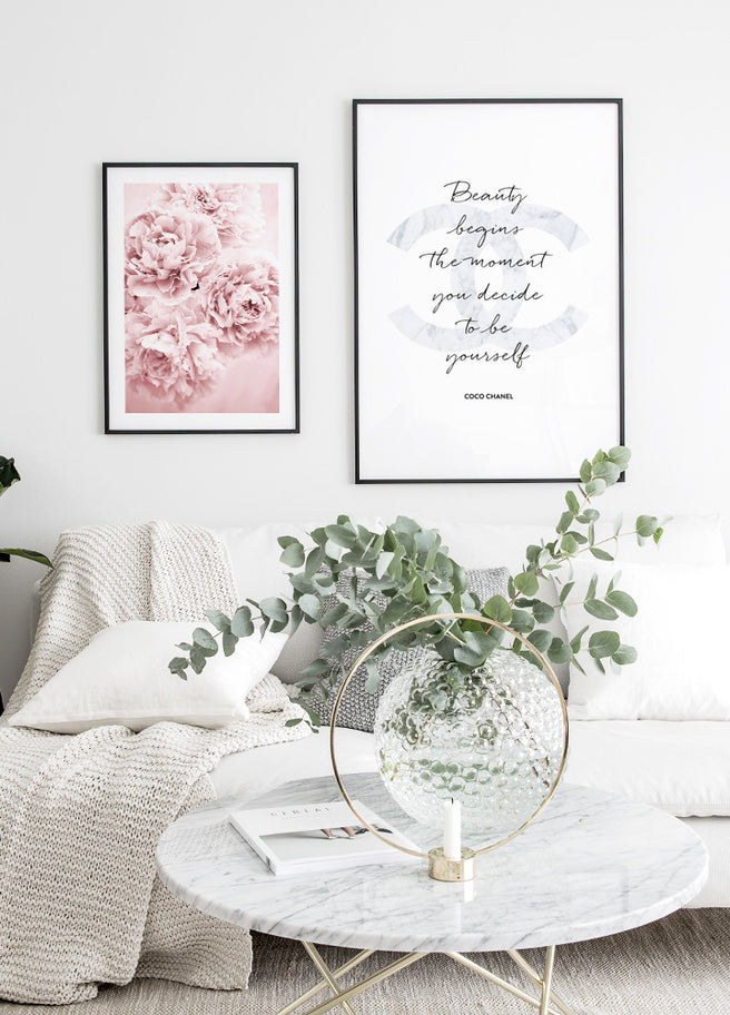 Pink Flower Dream poster i svart ram i vardagsrum